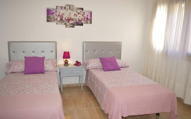 Habitación con dos camas de 90 y muy luminosa
