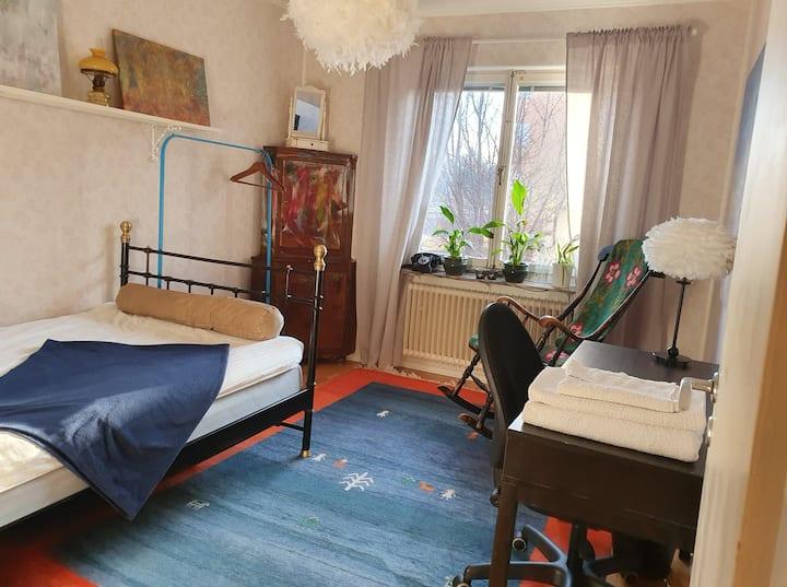 A big comfy room, 17 min to city, Gubbängen STHLM