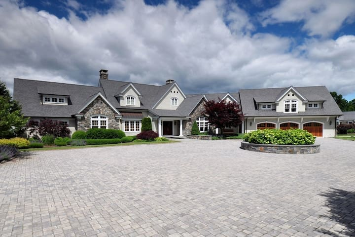 Exceptional Hilltop Estate - East Lyme - Talo
