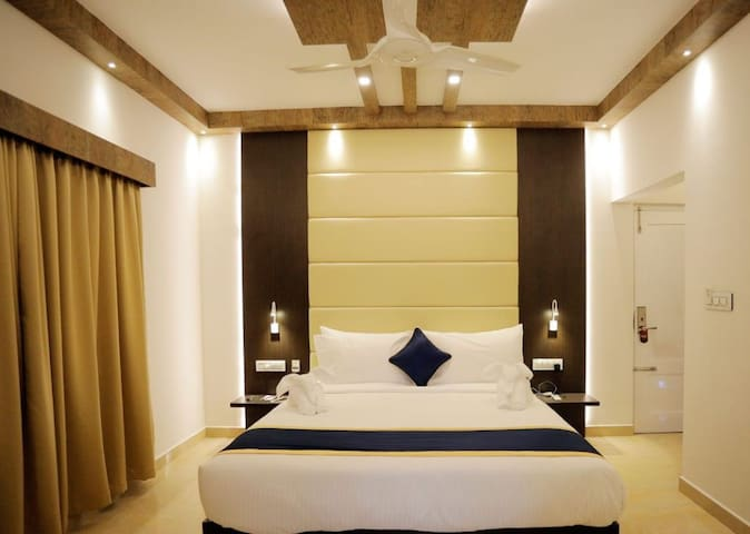 Suit Room with complete range of modern amenities at Munnar Kerala