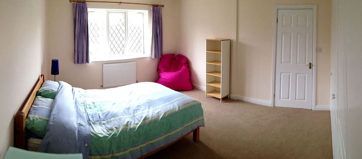 Quiet & Spacious Room 5 mins walk from town centre
