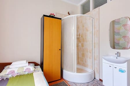 Single room 9m privat douche , 750m from Nevsky - Sankt-Peterburg - Bed & Breakfast