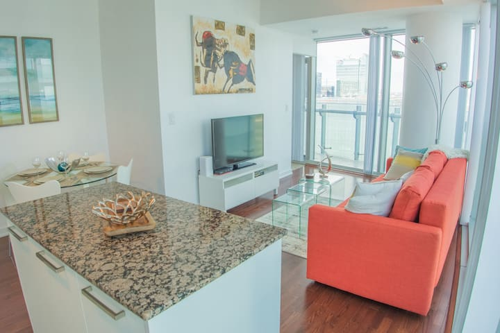 Luxury High-Rise Condo - Lake & CN Tower View!