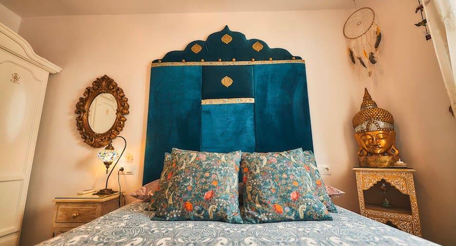Dormitorio principal. Cama doble de150x200 Colchón y almohadas confortables de excelente calidad. Cabecero terciopelo.  Mesa de noche madera. Repisa madera. Armario de ropa grande madera.