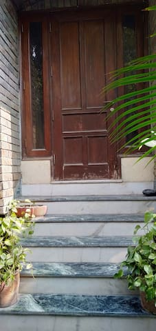 Great Location! Clean room in South Delhi.