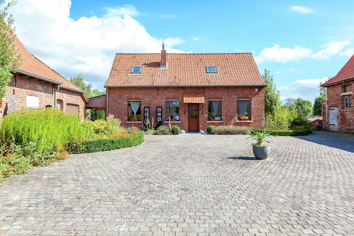 Cozy Holiday Home in Ploegsteert with a Garden