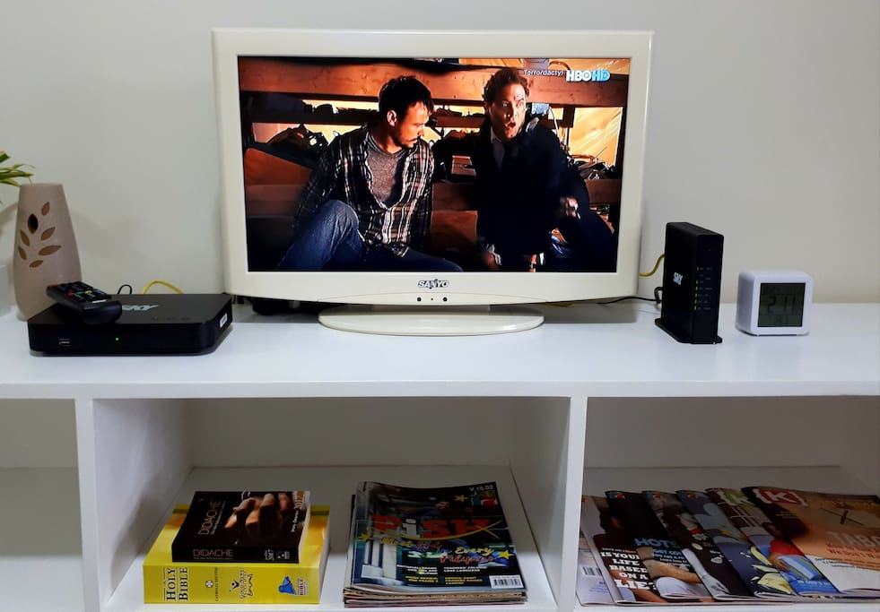 Entertainment set: HD Cable TV, High-speed Internet and Magazines