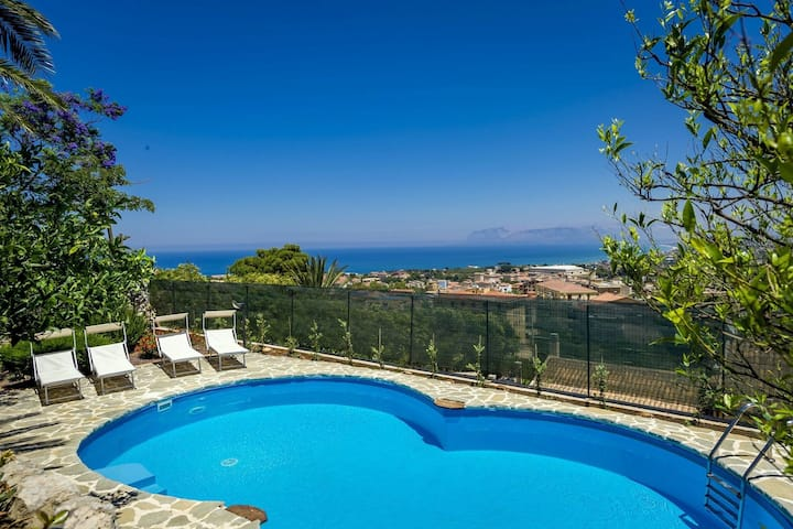 Spacious apartment with communal pool just 3km from the sea!