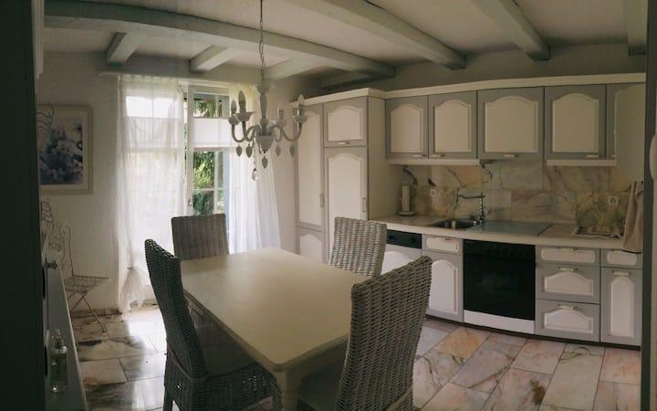 Möblierte Wohnung mit kleiner Küche, Bad, Terasse