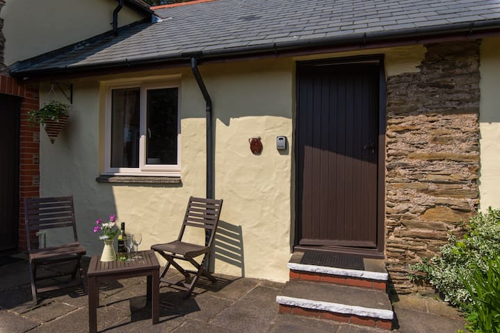Cosy pet friendly cottage, close to the sea