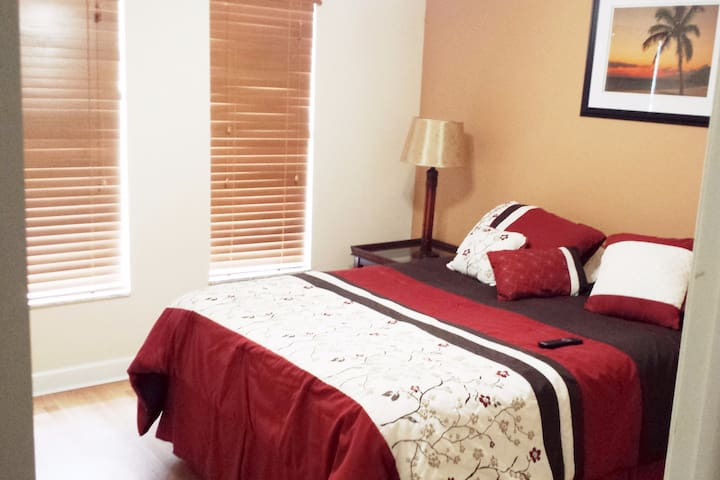 Clean & cozy apartment room near Airport & shops.. - Hialeah - Apartamento