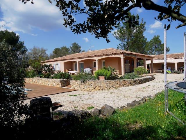 grande villa avec jardin et piscine - Saint-Maximin-la-Sainte-Baume - วิลล่า