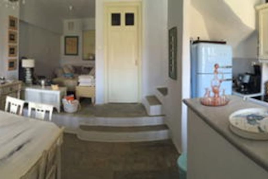 Καθιστικό στο Ισόγειο, τραπεζαρία και open kitchen πήρως εξοπλισμένη