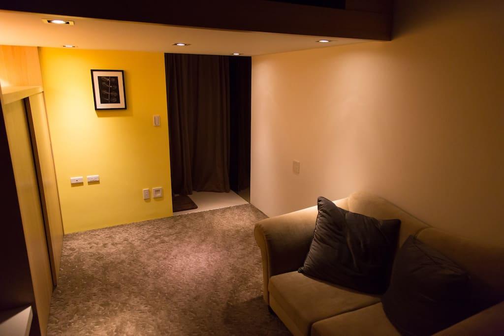 被溫暖光源充滿的客廳起居空間 :)