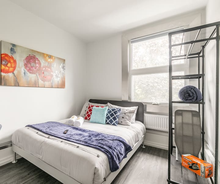 BRAND NEW - Upscale 1BR Loft with Balcony - Byward Market!