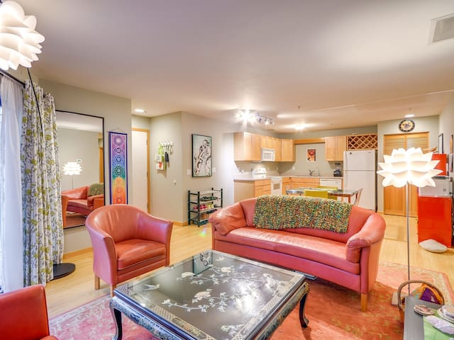 Riverfront Condo convenient to Downtown and Pearl