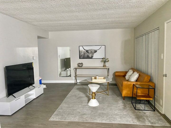 Modern Home 15 mins to DTLA,city view pool and gym
