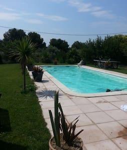 Studio de 33 m2 accès piscine - La Fare-les-Oliviers - 公寓