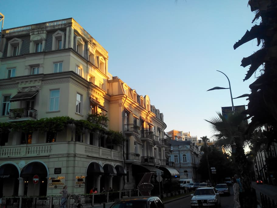 квартира занимает 4 и 5 и 6 этаж ( на 6 этаже расположена открытая веранда с видом на весь город и море).
