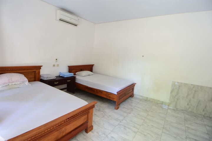 Medewi Beach Family Homestay (2 bed, Aircon)