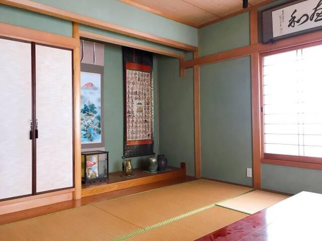 寝室:和室8畳(16平方メートル)です。洋服やコートは、床の間左の扉内にハンガーラックがあり、収納可能。 専用テレビ(地デジのみ)があります。 Bedroom: Japanese-style room with 8 tatami mats (16 square meters). Clothes can be stored with a hanger rack in the left door. There is a dedicated TV (terrestrial digital only).
