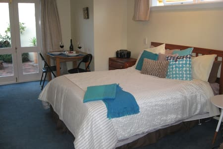 Spacious, quiet and central Bed and Breakfast - Nelson