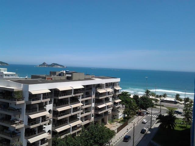 Em frente a uma das praias mais bonitas do Rio.