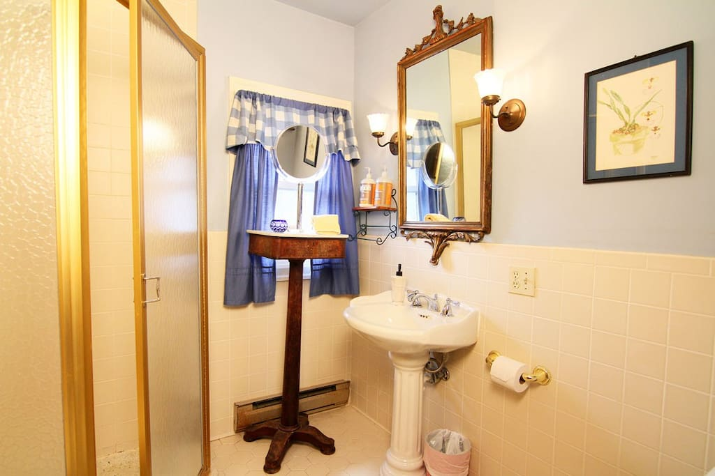 Bathroom (shared with the Phoenicia room).