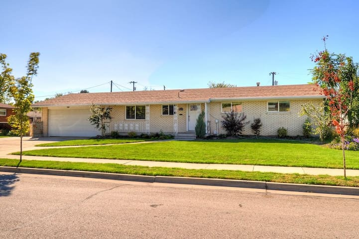 Stunning Home,Up to 16 Guests, Centrally Located! - Midvale - Casa