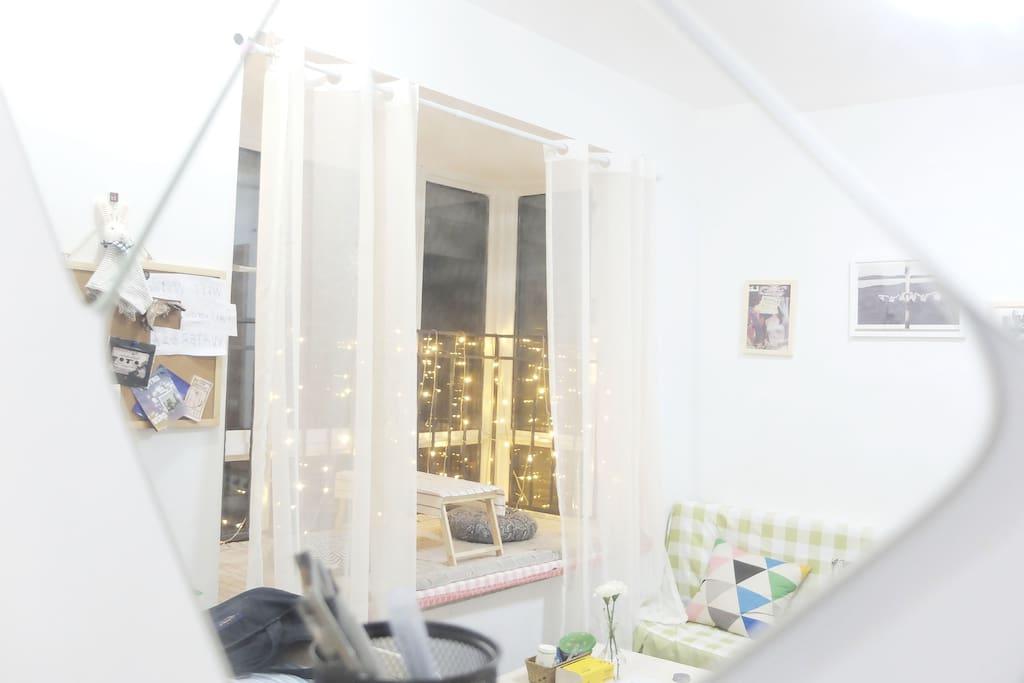 从镜子里看到的客厅的样子,是不是超级温馨温暖喃