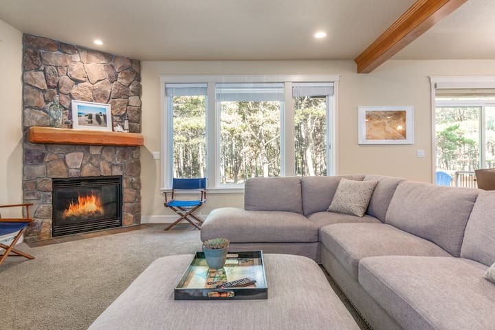 Modern construction, great family home, easy beach access, dogs welcome!