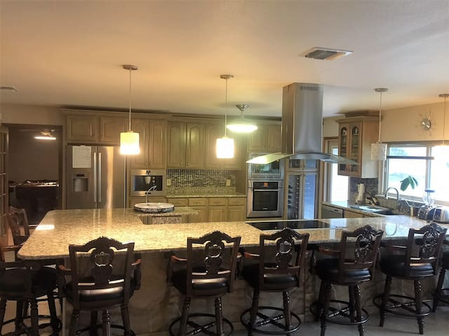 Beautiful Big House. Big Patio 2.89 Acres.
