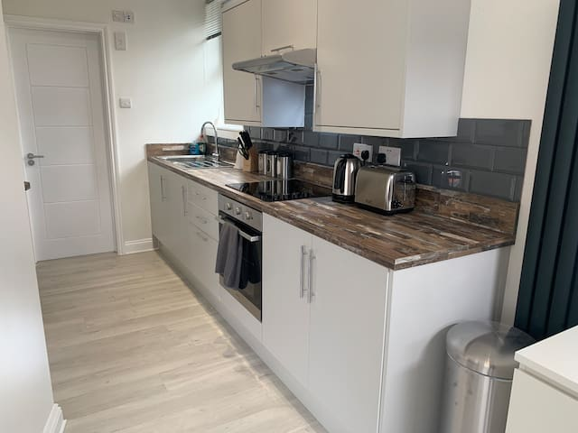 *Cosy Central  1 BR GF APT w/ Kitchen nr Station*