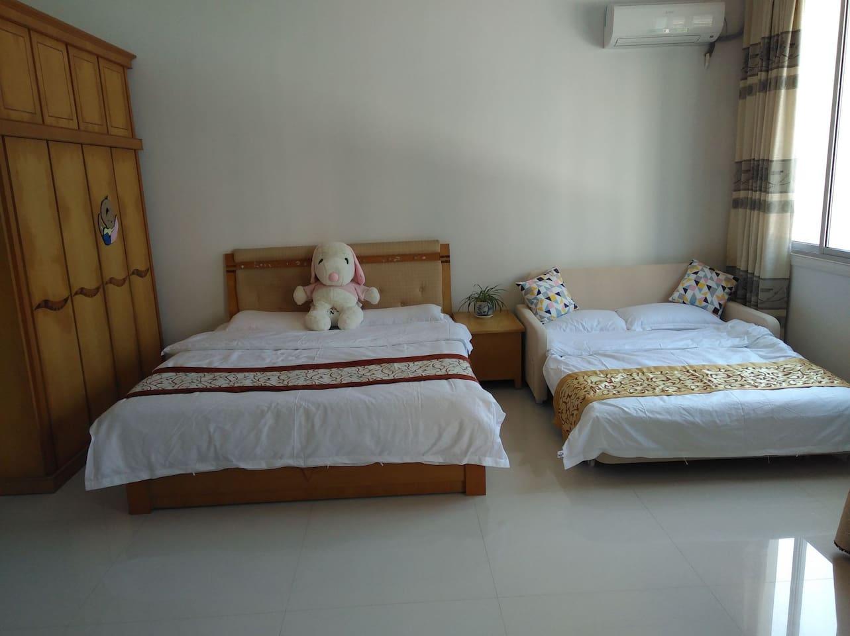 卧室,配备一张双人床和一张沙发床。