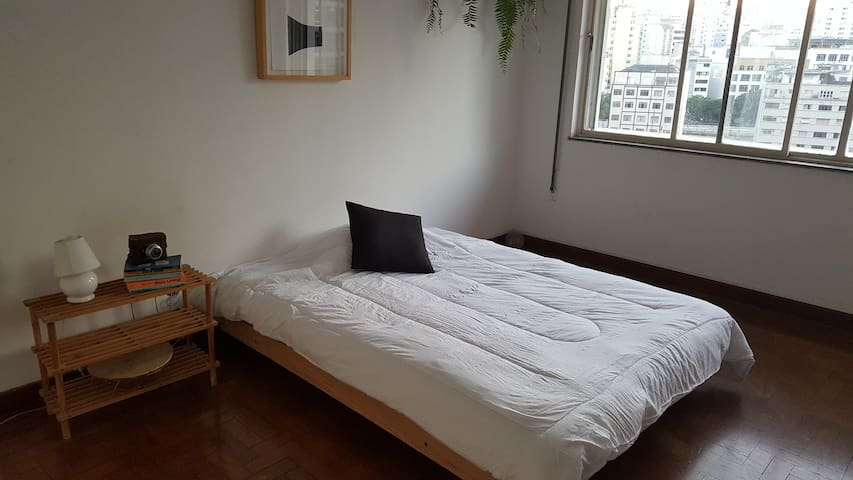 Quarto espaçoso em apartamento na República