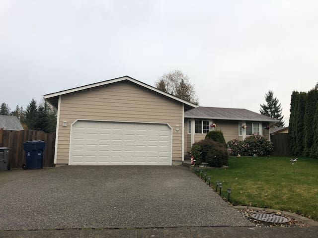 Cozy Private Room close to Paine field (Holly)