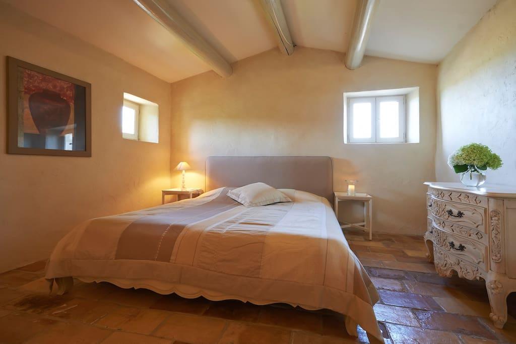 Chambre à coucher pour 2 personnes à l'étage avec salle de bain au rez de jardin