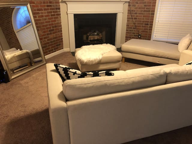 Chic Haven - 2bd/2ba Condo near Downtown/WFU