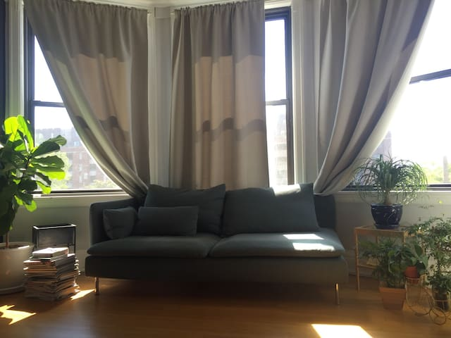3br in Perfect Location Near River - Detroit - Apartment