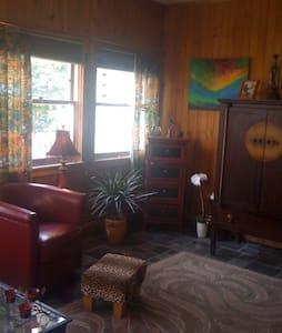 Saratoga Race Charming Victorian Get Away - Round Lake - Apartment