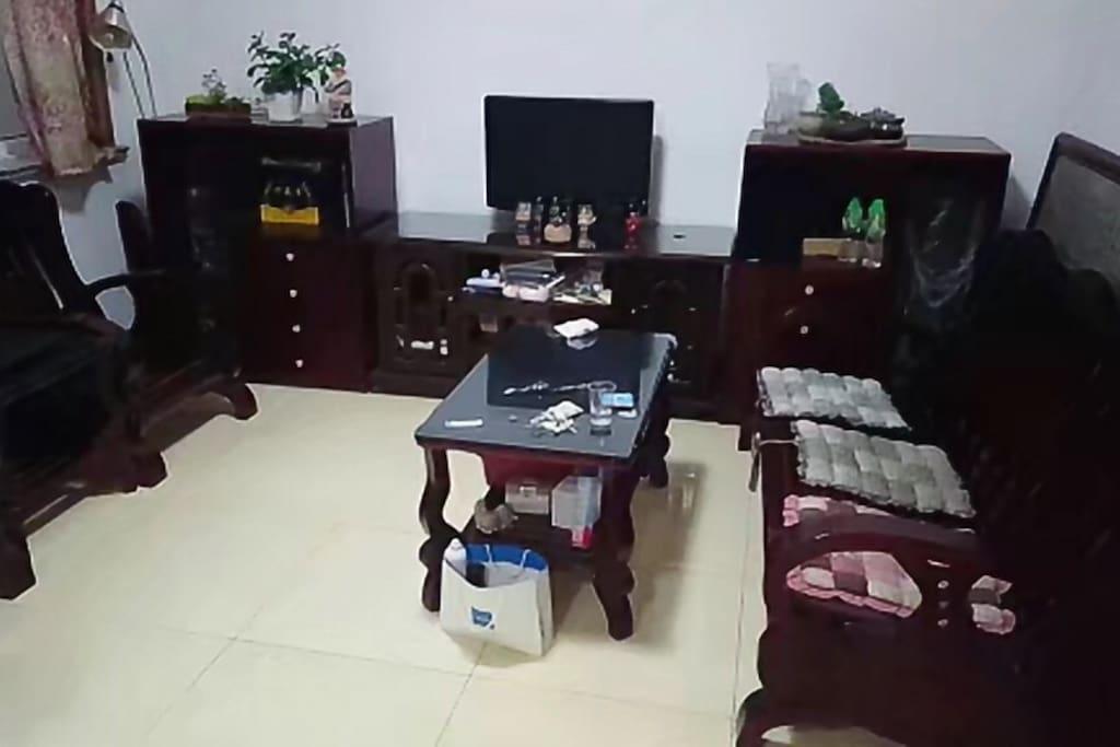 客厅空间大,适合看电视剧,学习。