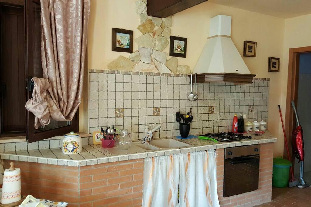 Cucina con angolo cottura in zona salone