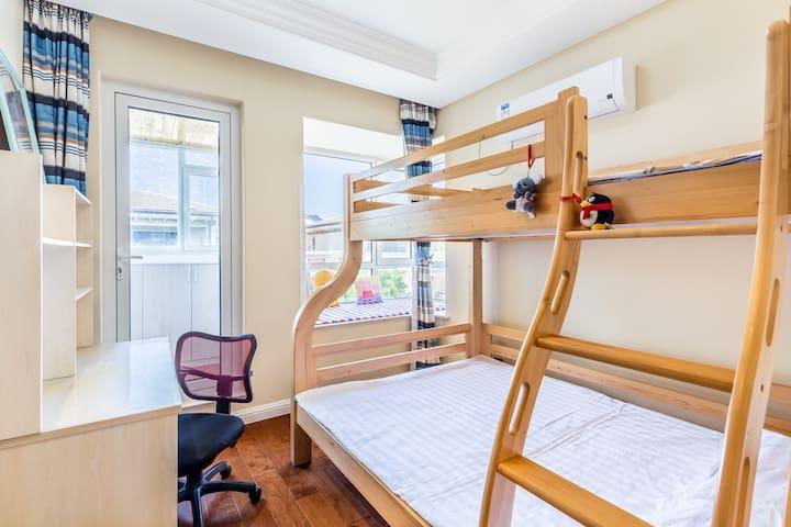 儿童房下床1.5✘2米双人床,上床1.2✘2米实木床,带大阳台,有大飘窗,孩子们超喜欢的