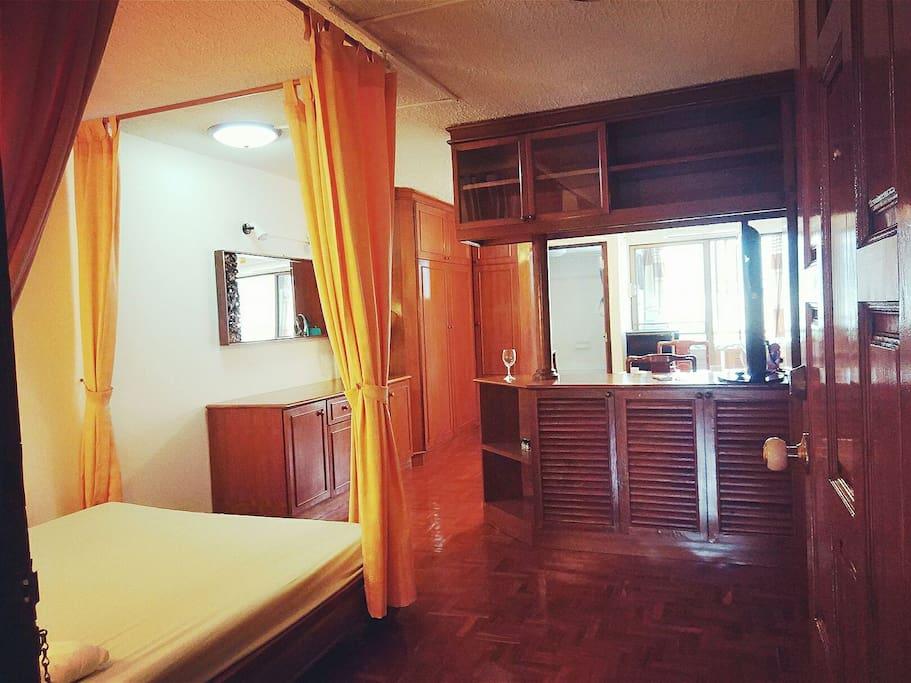 从门口进来会看到床和酒柜。酒柜后边是厨房和餐厅