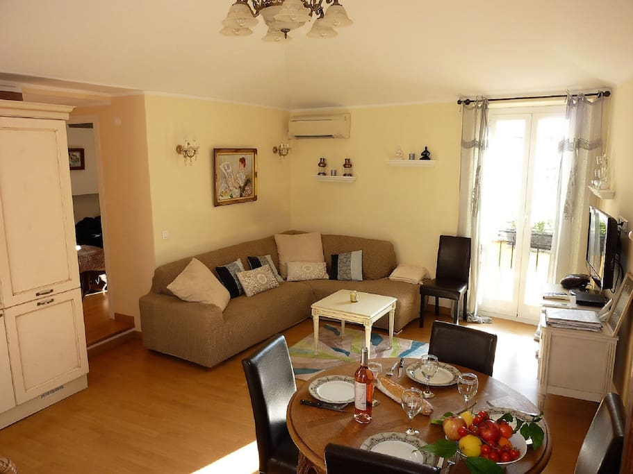 Comfy sunny living area with dining area, ideal to relax after a day out