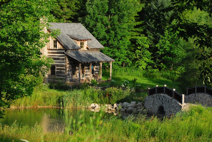 "Cozy 'Off the Grid"" Rustic Cabin"