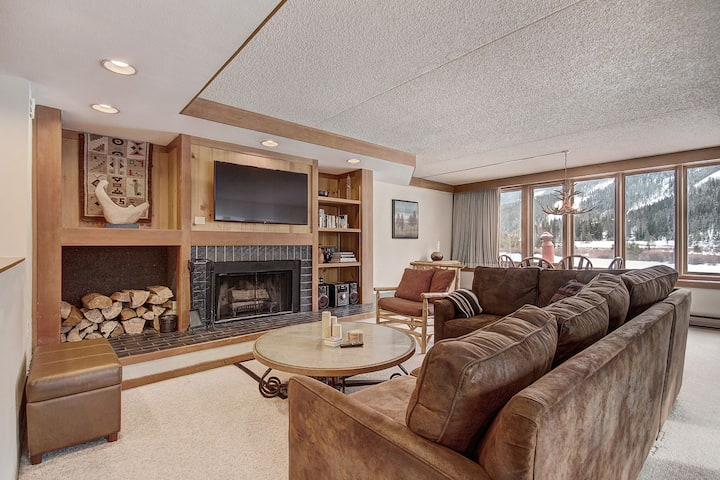 Spacious corner 2 bedroom condo with huge deck and mountain views!