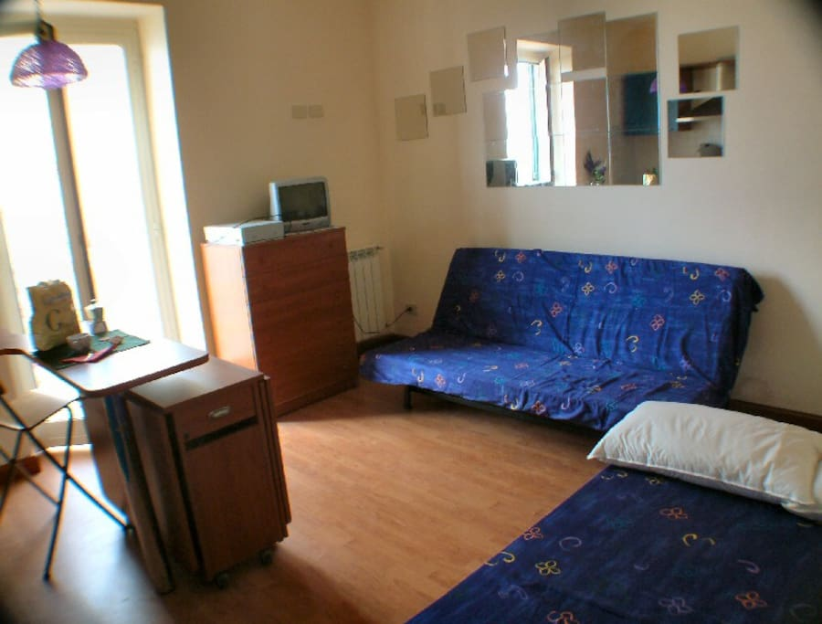 2 divani letto e tv nel salone - 2 sofa beds and tv in the living room