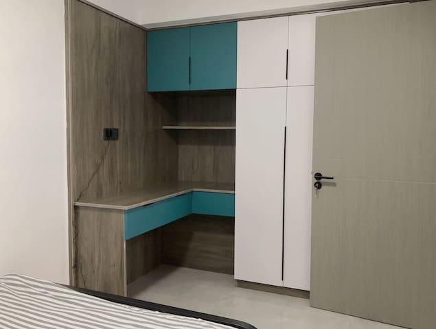 次卧大概9平米左右,1.5m的双人床+转角书桌衣柜