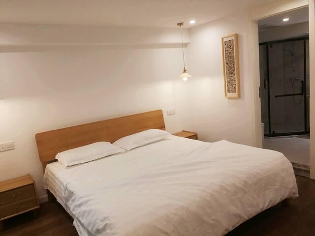 卧室A在二楼 1.8*2m大床 含独立卫浴